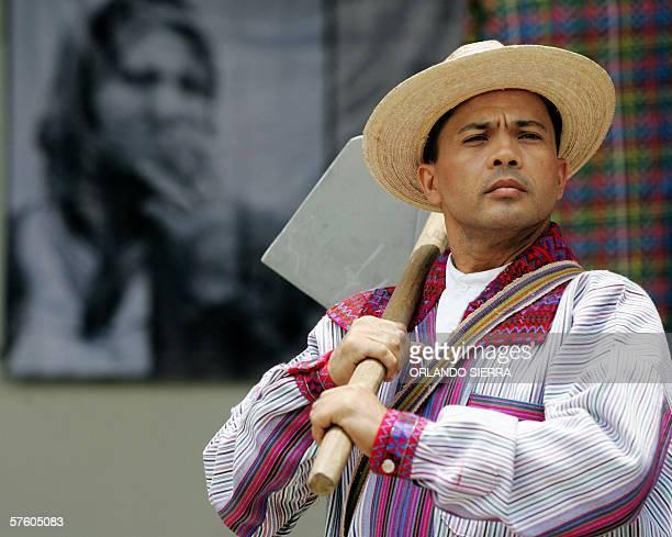 Un hombre participan en un perfomance al concluir el Primer Congreso de Migrantes en Ciudad de Guatemala el 13 de mayo de 2006 Durante el conclave...