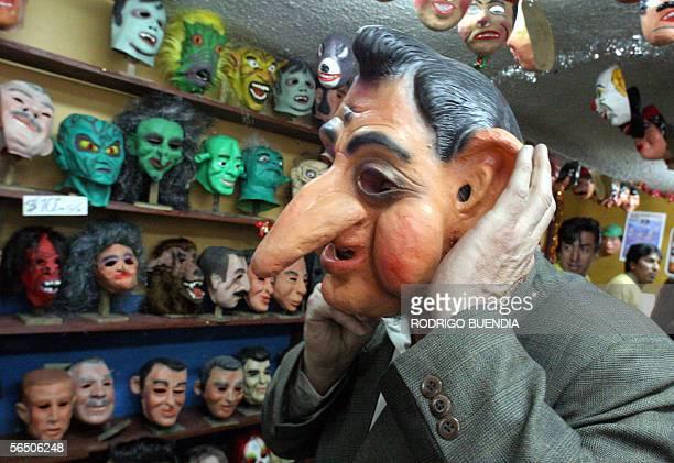 Un hombre se coloca una mascara del ex presidente de Ecuador Lucio Gutierrez en una tienda del centro de Quito el 30 de diciembre de 2005 La...