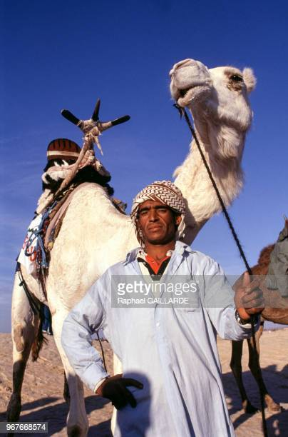 Un homme avec son dromadaire lors d'une course le 28 décembre 1990 à Douz en Tunisie