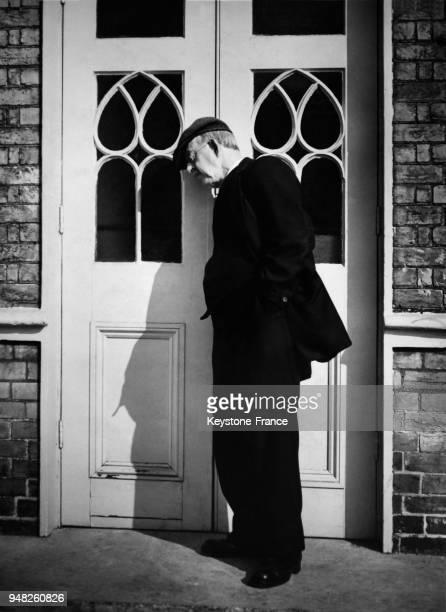 Un homme écoute à la porte le discours de Anthony Eden au meeting du parti Conservateur à Brighton RoyaumeUni le 2 octobre 1947