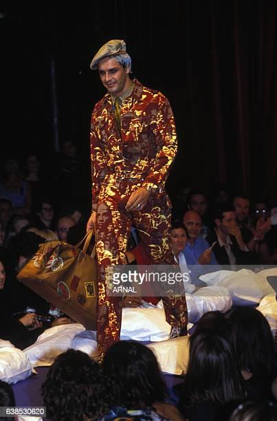 498d393af9d2 Un homme défile en tenue militaire lors du défilé JeanPaul Gaultier  Prêtàporter Printemps Eté 1993