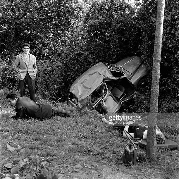 Un homme et une femme au sol blessés dans l'accident de voiture dans le bascôté entre Laval et Vitré France le 22 septembre 1956