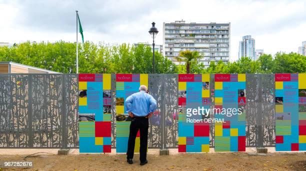 Un homme lit le panneau d'information sur la qualité de l'eau et sur la baignade le principal enjeu du bassin de la Villette est l'hygiène les...