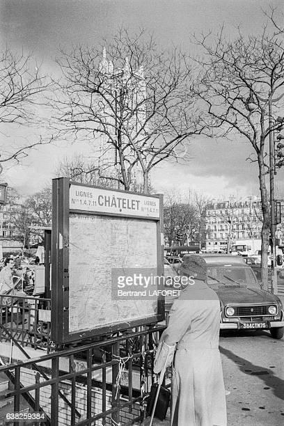 Un homme regarde le plan de métro à l'entrée de la station Châtelet le 22 mars 1983 à Paris France