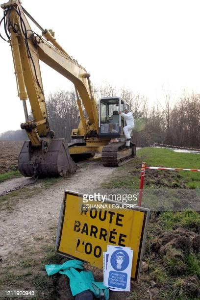 Un homme travaille, le 16 mars 2007 à Hagenthal-le-Bas, dans le champ alsacien frontalier avec la Suisse où plus de 600 tonnes de déchets toxiques de...