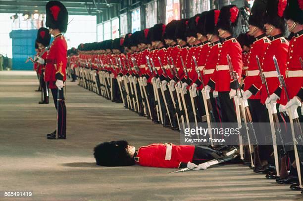 Un horse guard évanoui lors d'une revue à Londres RoyaumeUni à la fin des années 1950