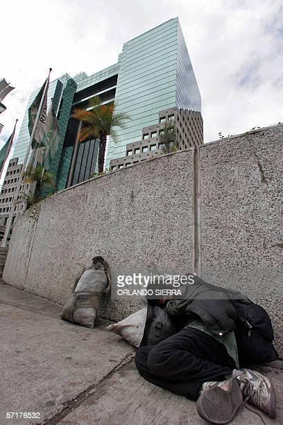 Un indigente duerme en una acera frente a un moderno hotel de Ciudad de Guatemala, el 24 de marzo de 2006. El gobierno del presidente Oscar Berger...
