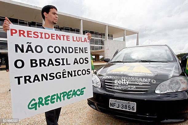 Un integrante del grupo ambientalista Greenpeace participa de una protesta contra los transgenicos delante del Palacio de Planalto en Brasilia el 22...