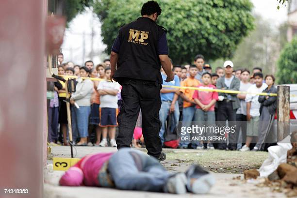 Un investigador del Ministerio Publico abandona la escena del crimen donde se encuentra el cadaver de una joven asesinada en la Zona 5 de Ciudad de...