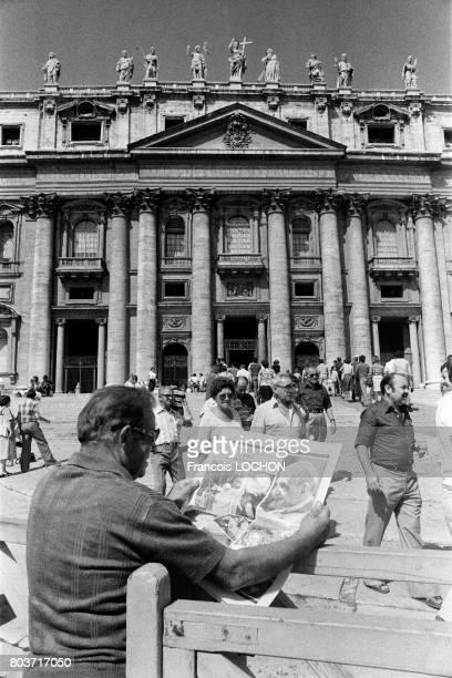 Un italien lit le journal à l'annonce du décès du Pape Paul VI à Rome en août 1978 en Italie