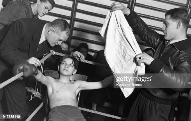Un jeune garçon reçoit des instructions entre deux rounds d'un match de boxe sur le ring en Hongrie.