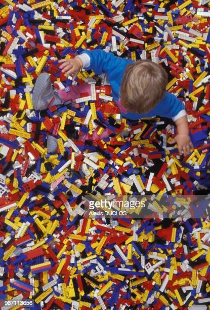 Un jeune garçon s'amuse avec des centaines de pièces de lego au parc Legoland le 28 août 1988 à Billund Danemark