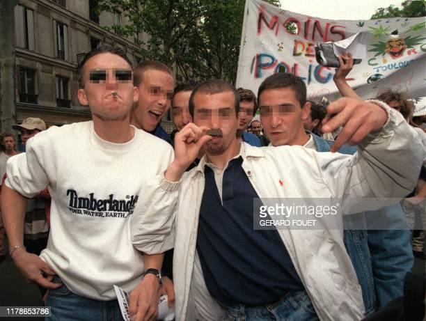 Un jeune homme exhibe aux journalistes, le 07 juin à Paris, une barrette de hachisch, lors de la manifestation d'un millier de personnes, organisée...