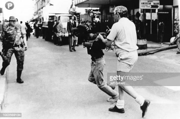 Un jeune émeutier noir arrêté par des Afrikaans en juin 1976 à Soweto Afrique du Sud