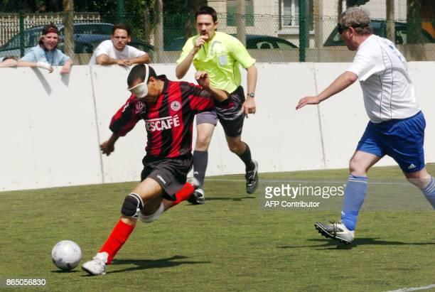'LES NONVOYANTS JOUENT AUSSI AU FOOTBALL ET SE DISPUTENT LEUR COUPE DE FRANCE' Un joueur de de l'équipe nantaise Don Bosco s'apprête à tirer suivi...