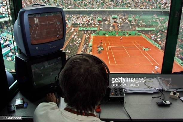 Un journaliste commente, en juin 2002 dans sa cabine de presse, un match de tennis du tournoi de Roland Garros. AFP PHOTO DIDIER PALLAGES