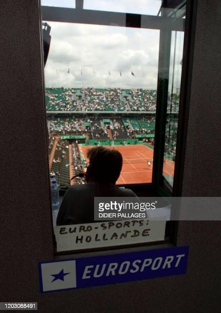 Un journaliste d'Eurosport commente, en juin 2002 dans sa cabine de presse, un match de tennis du tournoi de Roland Garros. AFP PHOTO DIDIER PALLAGES