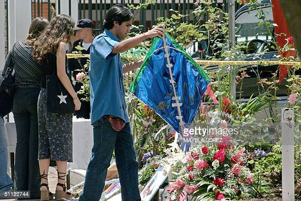Un joven coloca un papalote el 28 de julio de 2004 frente a la Embajada de Chile al este de San Jose donde ayer martes murieron tres funcionarios a...