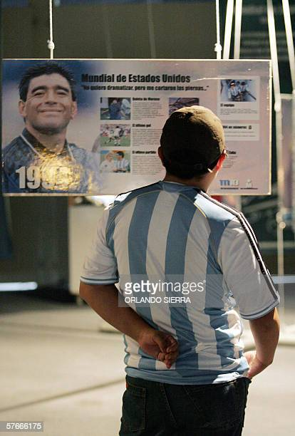 Un joven observa un cartel alusivo a la vida del astro de futbol argentino Diego Armando Maradona durante la exhibicion del itinerante Museo del 10...