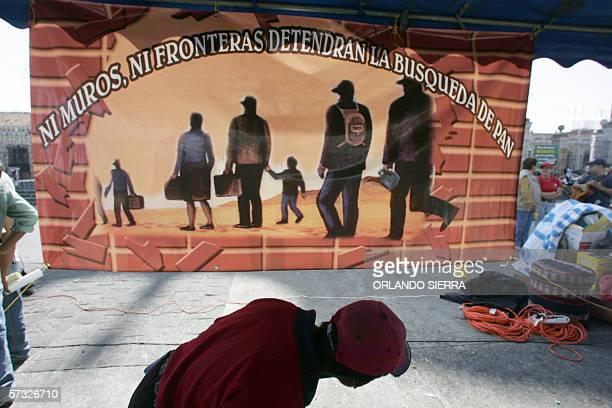 Un joven se suma al via crucis del emigrante en Ciudad de Guatemala, el 31 de marzo de 2006. El via crucis que recorre el centro historico de la...