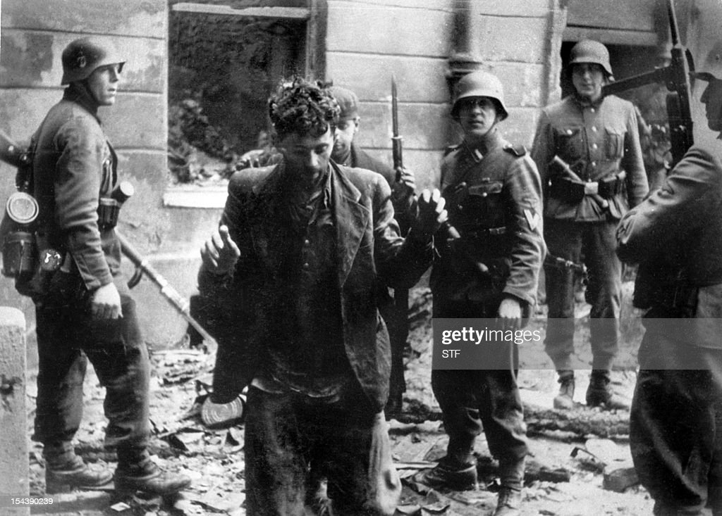 Un juif est arrêté en avril 1943 par des soldats allemands après le soulèvement du ghetto de Varsovie durant la seconde guerre mondiale. Sur plus de 300 000 Juifs que comptait le ghetto, la plupart moururent de faim, de maladie ou furent déportés en camp de concentration.A Jew is arrested by German soldiers in April 1943 after the uprising of the Warsaw ghetto during WW2. When the Nazis set up the ghetto in 1940, it held more than 300 000 Jews. Two years later most of them has either died from starvation or disease or been carted off to an extermination camp. A Jew is arrested by German soldiers in April 1943 after the uprising of the Warsaw ghetto during WW2. When the Nazis set up the ghetto in 1940, it held more than 300 000 Jews. Two years later most of them has either died from starvation or disease or been carted off to an extermination camp.