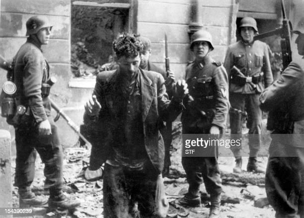 Un juif est arrêté en avril 1943 par des soldats allemands après le soulèvement du ghetto de Varsovie durant la seconde guerre mondiale Sur plus de...