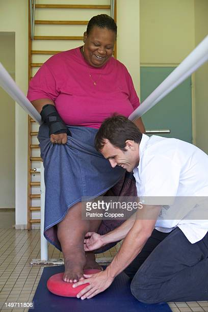 un kine soigne une femme obèse - elephantiasis stock photos and pictures
