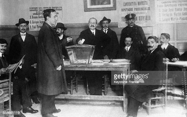 Un électeur d'une petite ville espagnole déposant son bulletin dans l'urne en Espagne en mars 1931