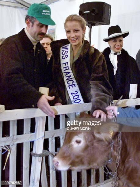 Un éleveur bovin s'entretient avec Elodie Gossuin , Miss France 2001, sous le regard de Geneviève de Fontenay, la présidente du Comité Miss France,...