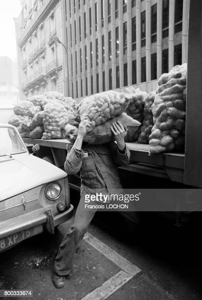 Un livreur décharge un camion de pommes de terre en 1976 à Paris France