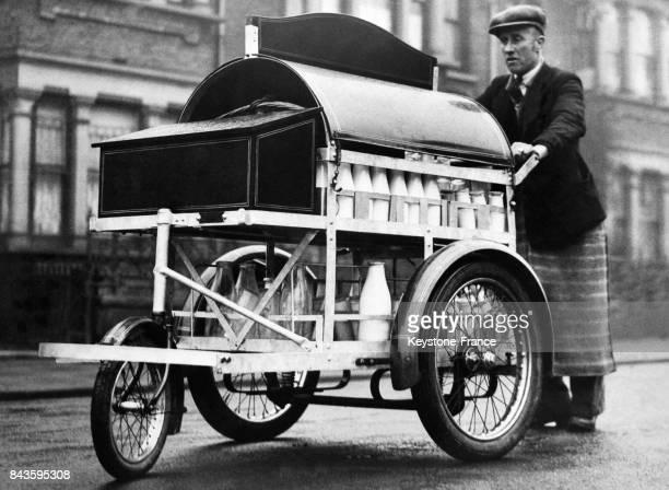 Un livreur de lait dans une rue de Londres RoyaumeUni en avril 1946