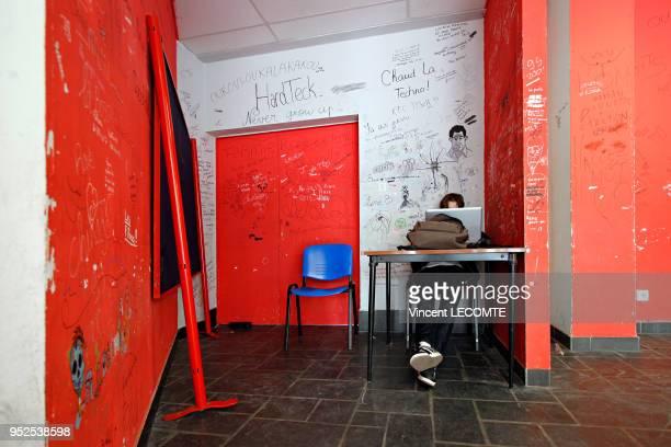 Un lycéen s'évade sur son ordinateur portable entre les cours dans un lycée public en Picardie dans le nord de la France dans une salle de détente...