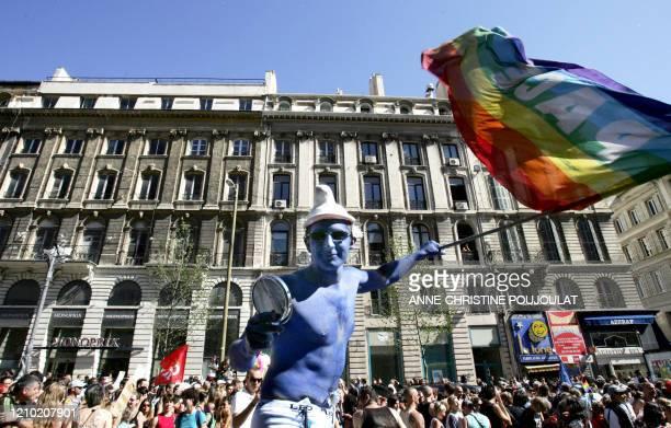 Un manifestant déguisé en stroumpf brandit un drapeau sur la Canebière à Marseille le 23 juin 2007 lors de la Marche des fiertés lesbiennes gay bi et...