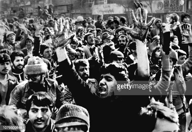 Un manifestant montre ses mains ensanglantées à Téhéran le 31 janvier 1979 la veille du retour de l'ayatollah Khomeiny alors que l'armée a ouvert le...