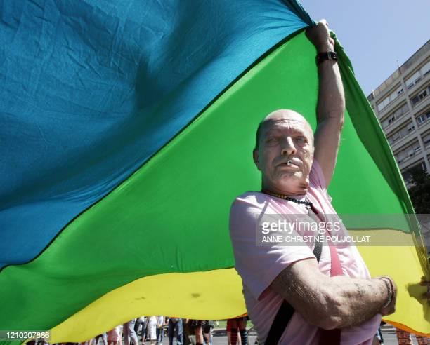 Un manifestant porte un drapeau le 23 juin 2007 à Marseille lors de la Marche des fiertés lesbiennes gay bi et trans aussi appelée Gay Pride qui a...
