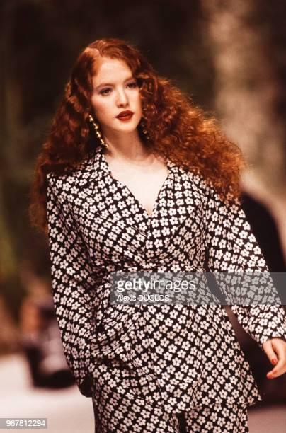 Un mannequin porte un tailleur pantalon du couturier Yves SaintLaurent lors du défilé de la collection printempsété le 17 octobre 1994 à Paris France