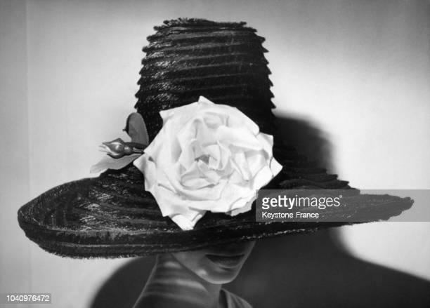 Un mannequin porte une capeline d'aprèsmidi en crin noir réalisée par le chapelier Jean Barthet pour les courses de Longchamp circa 1960 à Paris...