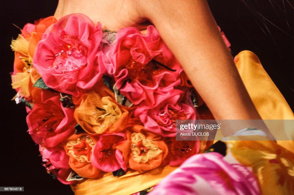 Un Mannequin Porte Une Creation Composee De Fleurs De La Couturiere