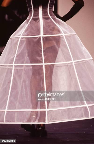 Un mannequin porte une jupe en forme d'armature de robe à crinoline dessinée par la couturière Chantal Thomass lors du défilé de la collection...