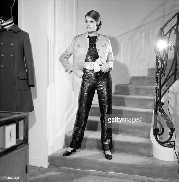 Un mannequin présente un ensemble de pailleté rouge sombre avec un blouson de satin rose de la collection printempsété 1968 du créateur Yves Saint...