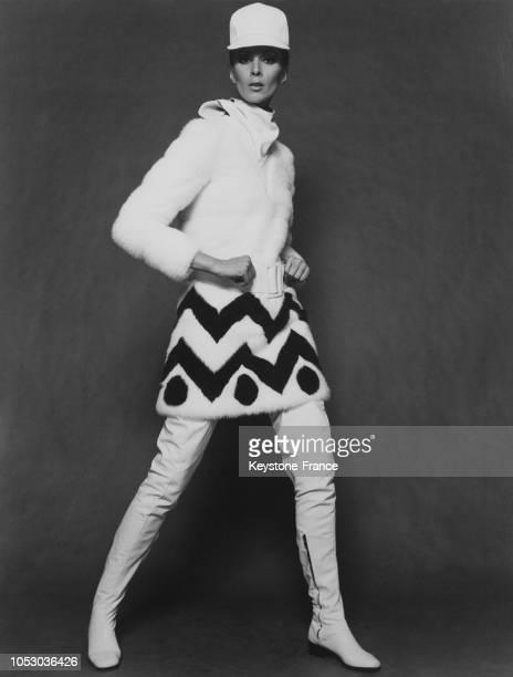 Un mannequin revêtu d'une robe de sports d'hiver en vison blanc de la collection automne/hiver 1967/1968 de Jean Patou à Paris France le 24 août 1967