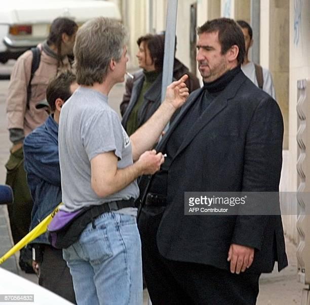 Un maquilleur met la touche finale à la transformation d'Eric Cantona l'exfootballeur professionnel le 16 octobre 2002 à Marseille qui interprète un...