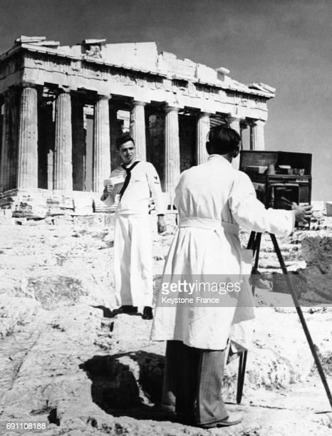 Un marin américain se faisant photographier devant le Parthénon à Athènes Grèce le 19 août 1948