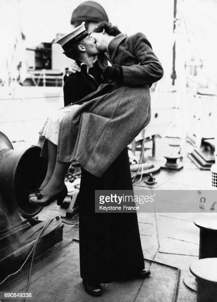 Un marin retrouve sa fiancée sur le pont du HMS 'Amethyst' venant d'arriver à Plymouth RoyaumeUni le 1er novembre 1949
