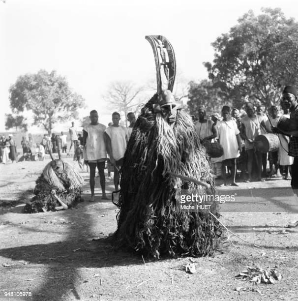 Un masque de divertissement chez les Bobo de Dédougou au Burkina Faso au début des années 1950 Un masque de divertissement chez les Bobo de Dédougou...