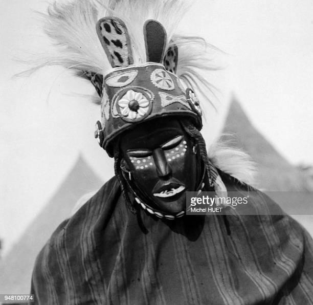 Un masque mâle cérémoniel à Nzérékoré en HauteGuinée vers 19501953 Un masque mâle cérémoniel à Nzérékoré en HauteGuinée vers 19501953