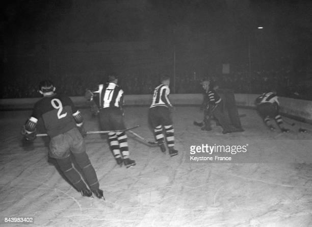 Un match de hockey sur glace opposant le Stade Français à l'équipe berlinoise au Palais des Sports le 27 novembre 1932 à Paris France