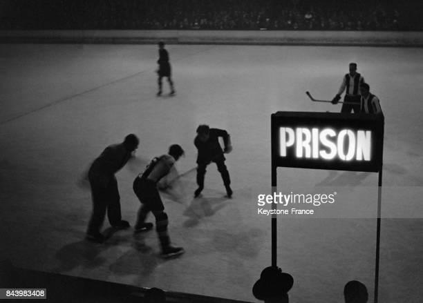 Un match de hockey sur glace opposant le Stade Français à l'équipe berlinoise devant la case prison au Palais des Sports le 27 novembre 1932 à Paris...