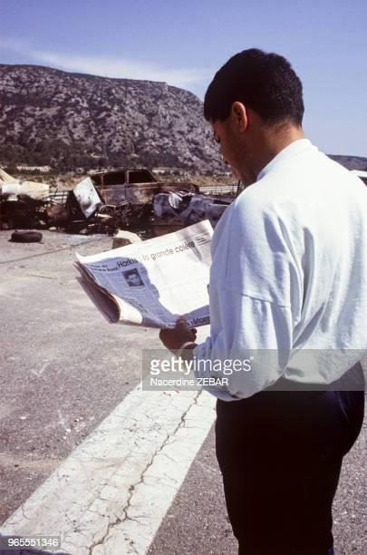 Un membre de la communauté Harkis du Logis d'Anne Jouques bloque le N96 près d'AixEnProvence en juin 1991 France