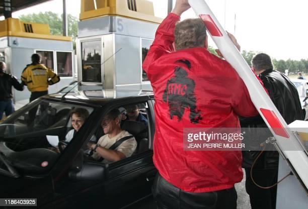 un membre de la Fédération française des motards en colère participe à l'opération péage gratuit sur l'A6 à l'un des guichets de péage à...